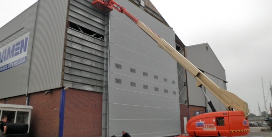 Vergroten loodsdeur voor een industriedeur van 12x12m bij Damen Den Helder