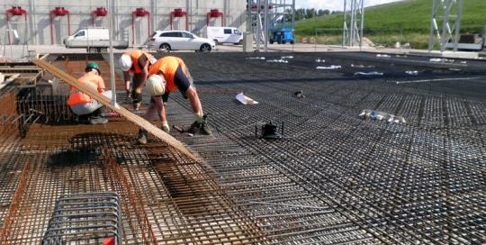 Vlechtwerk wapeningsstaal voor de bouw van de fundering voor een gaszuiveringsinstallatie bij HVC in Middenmeer
