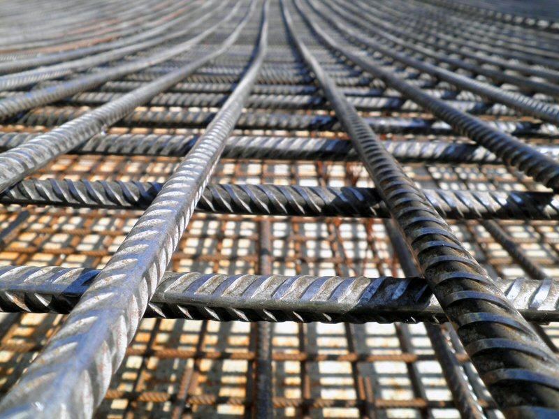 Close-up betonwapening voor de bouw van de fundering voor een gaszuiveringsinstallatie bij HVC in Middenmeer