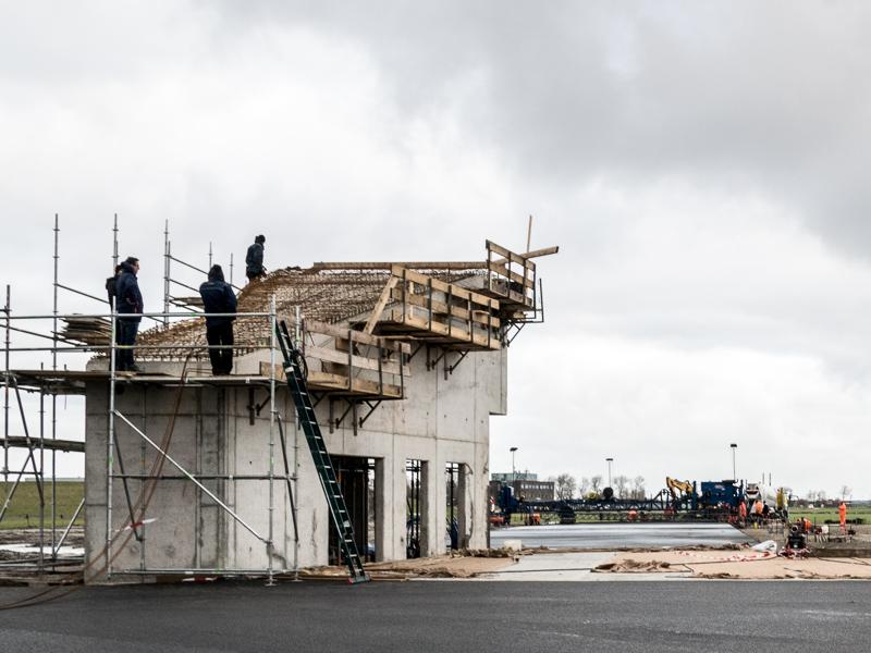 MVK De Kooy Den Helder de bouw van gebouw Dummydeck tijdens het vlechten van het wapeningsstaal van het dak