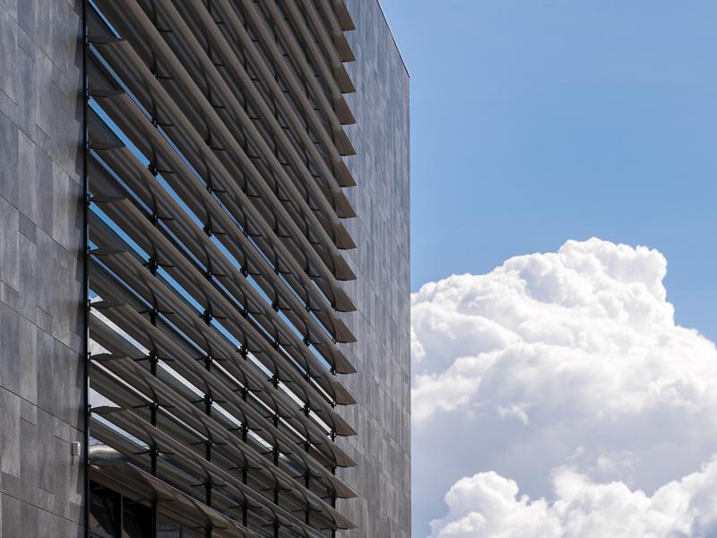 Detail zonwering op de gevel van Nieuwbouw gebouw NBCD Trainingscentrum