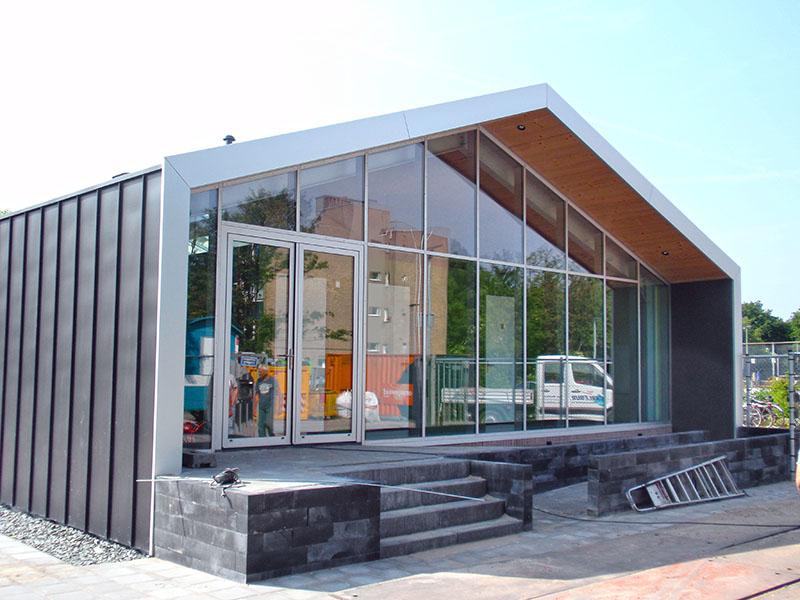 Voorgevel nieuwbouw en verbouw van sportfaciliteit Clubgebouw in Bergen