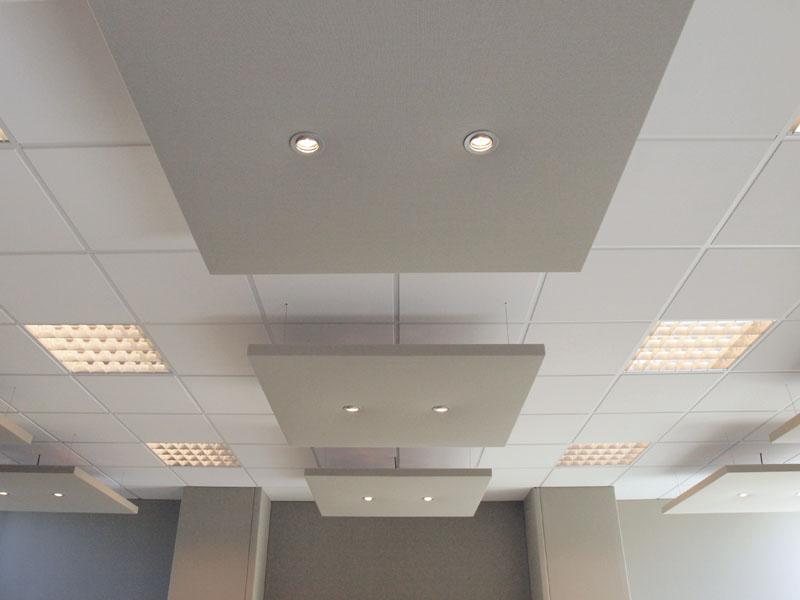 Montage van akoestische plafondplaten in de Ontmoetingskerk in Julianadorp
