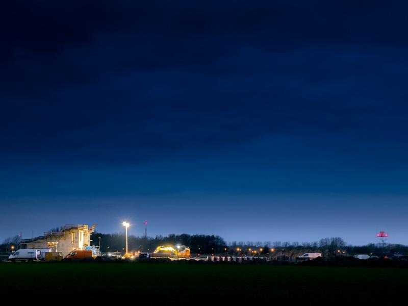 MVK De Kooy Den Helder de bouw van gebouw Dummydeck in het donker tijdens de aanleg van het terrein