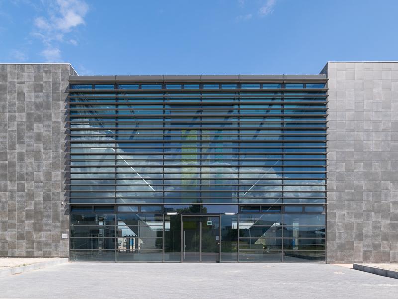 De glazen gevel van het atrium van nieuwbouw NBCD Trainingscentrum